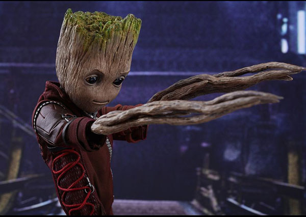 Groot Hot Toy comes with a Ravegaers outfit and interchangeable hands