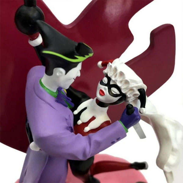 The Joker And Harley Quinn embrace in this DC Statue